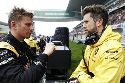 Nico Hulkenberg, Renault Sport F1 Team, discute avec son ingénieur sur la grille