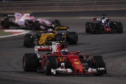 Kimi Raikkonen, Ferrari SF70H, Nico Hulkenberg, Renault Sport F1 Team RS17