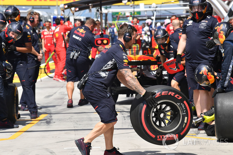 Max Verstappen, Red Bull Racing RB13 pit stop