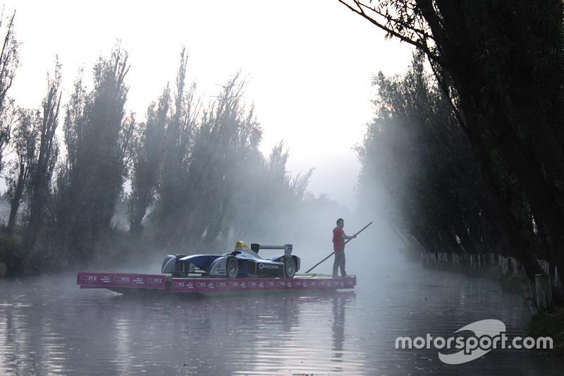Show Car de Formula E a bordo de una trajinera en Xochimilco