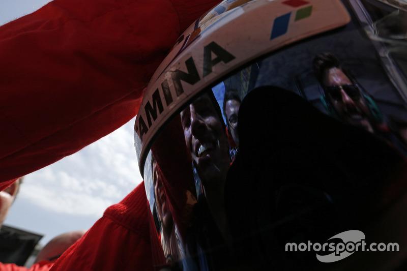 Prema Racing mecánicos se refleja en el visera del ganador de la carrera Antonio Giovinazzi, PREMA Racing