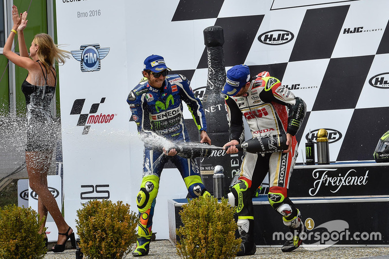 Podio: il vincitore della gara Cal Crutchlow, Team LCR Honda, il secondo classificato Valentino Ross