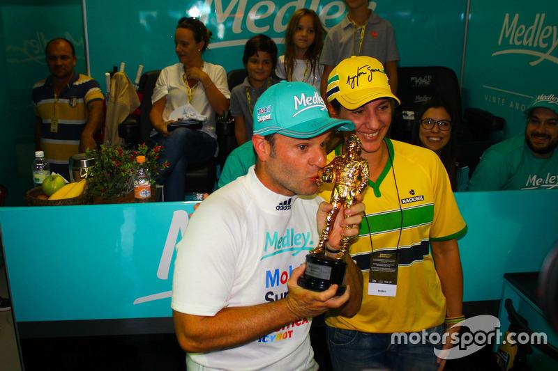 Rubens Barrichello com o troféu da pole position em Interlagos