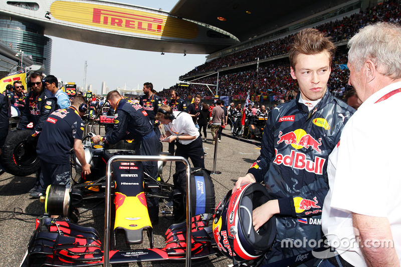 Daniil Kvyat, Red Bull Racing with with Dr Helmut Marko, Red Bull Motorsport Consultant on the grid