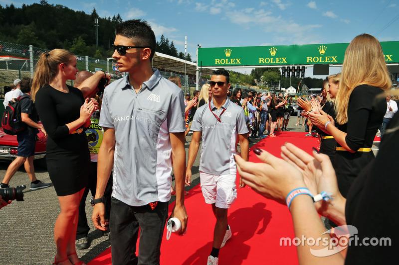 Pascal Wehrlein, Manor Racing e il compagno di squadra Esteban Ocon, Manor Racing nella sfilata dei piloti