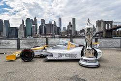 El 100o Indy 500 IndyCar con el trofeo de BorgWarner con vistas a la ciudad de Nueva York
