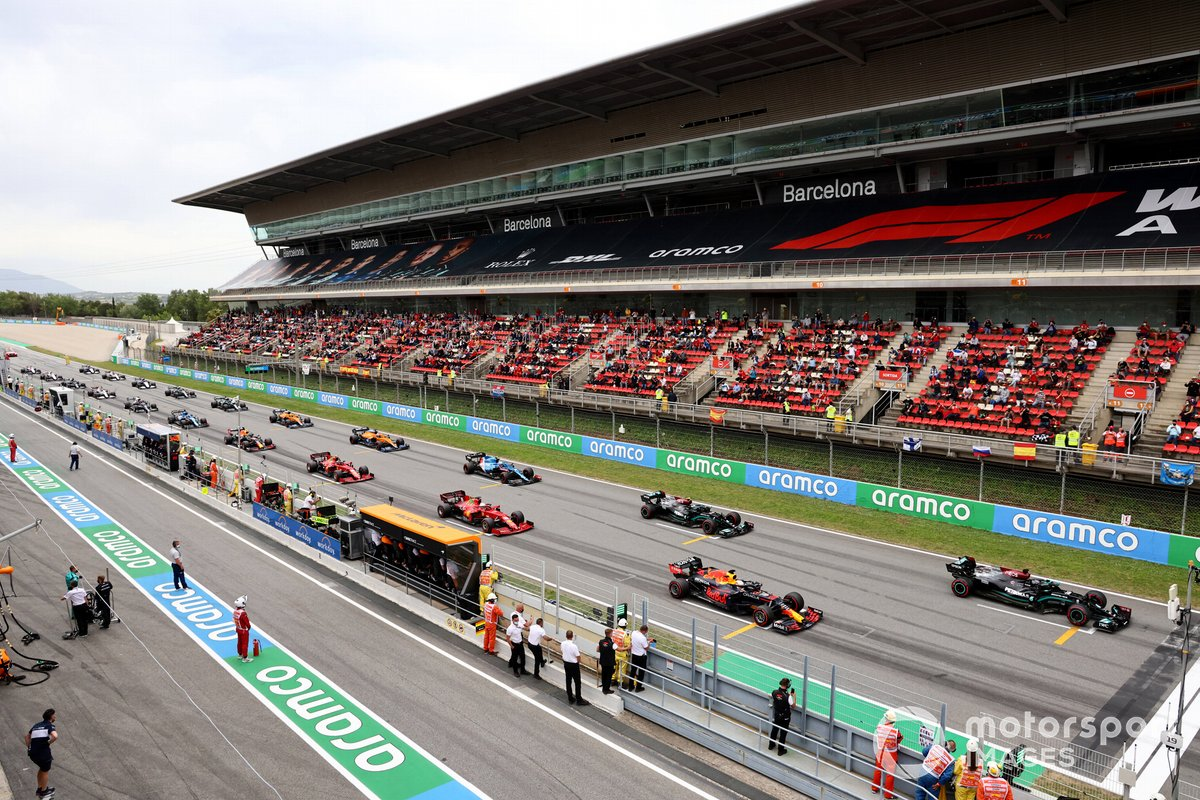 Lewis Hamilton, Mercedes W12, Max Verstappen, Red Bull Racing RB16B, and Valtteri Bottas, Mercedes W12, prepare to lead the field away for the start