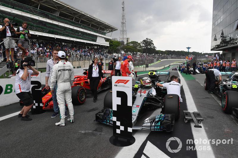 Le poleman Lewis Hamilton, Mercedes AMG F1 parle avec Paul di Resta, Sky TV dans le Parc Fermé
