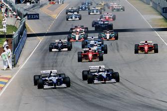 Damon Hill precede il compagno di squadra David Coulthard, Williams FW17B Renault, alla partenza della gara