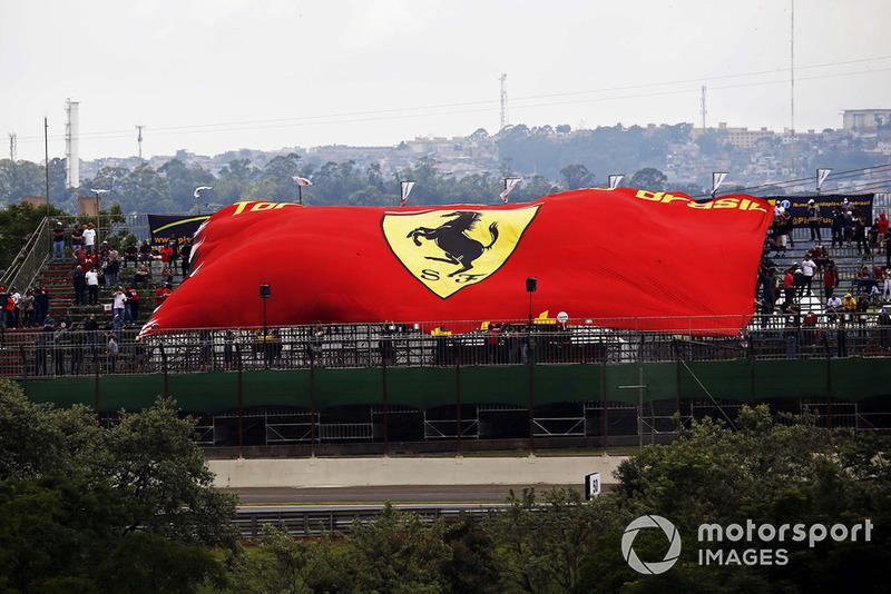 Fans con una bandera de Ferrari