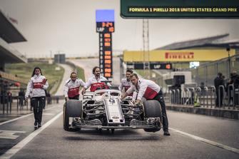 Alfa Romeo Sauber F1 Team mechanics with Alfa Romeo Sauber C37 in pit lane