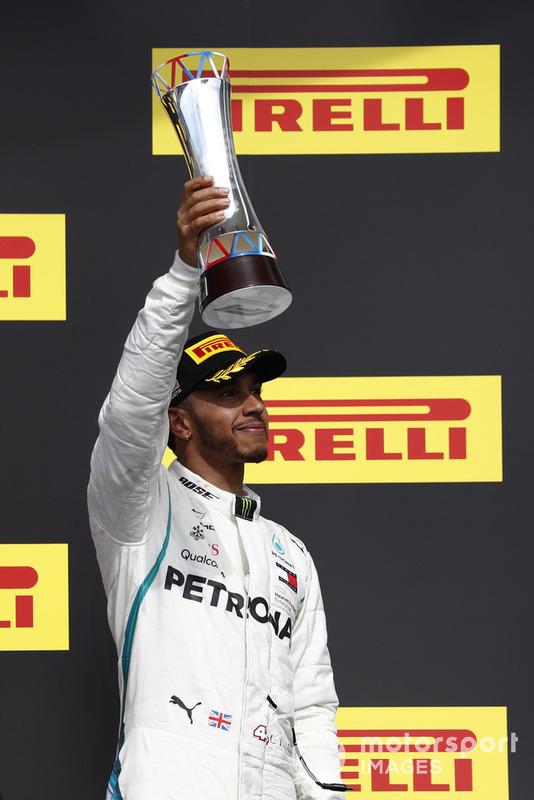 Льюіс Хемілтон, Mercedes AMG F1, піднімає свій кубок на подіумі