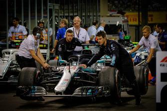 La voiture de Lewis Hamilton, Mercedes AMG F1 est amenée au Parc Fermé après la course