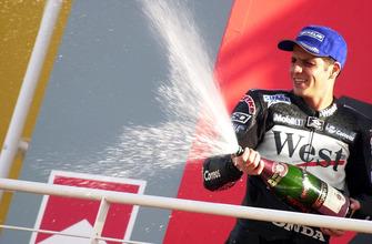 Podio: il vincitore della gara Alex Barros, Honda
