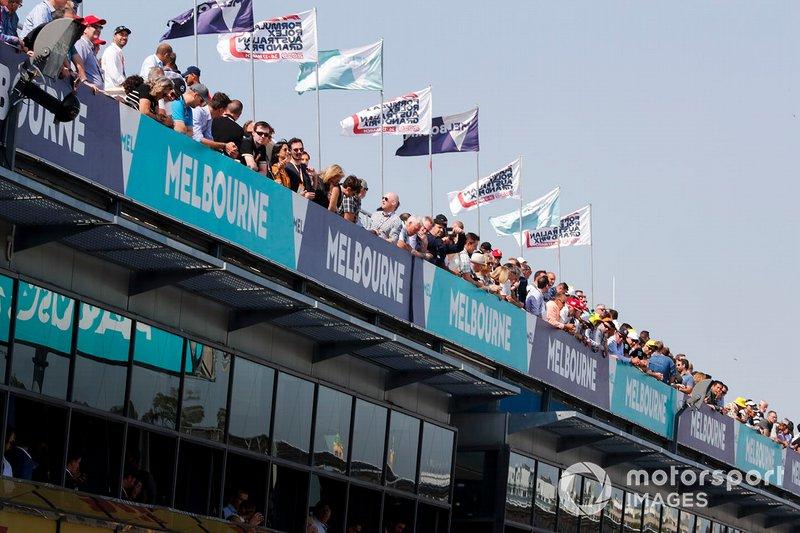 Les fans regardent l'action au-dessus des stands