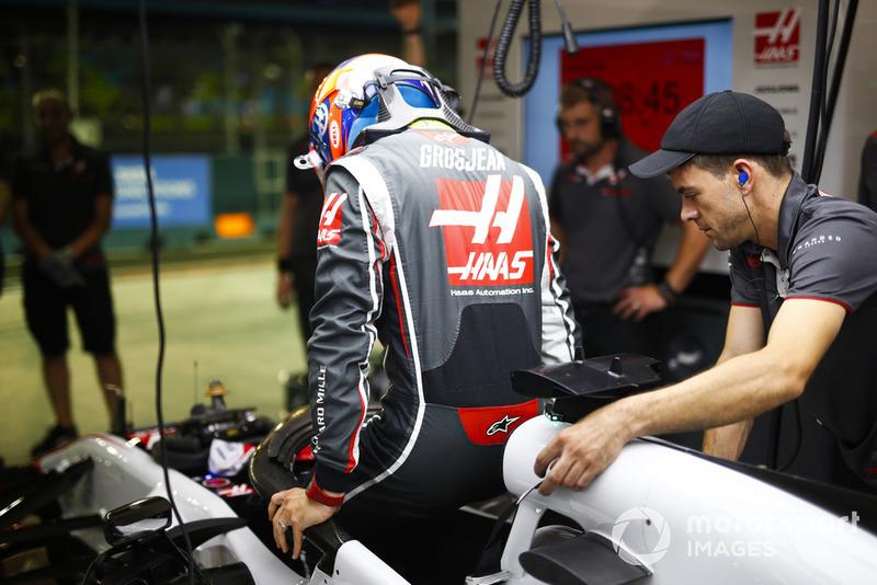 Romain Grosjean, Haas F1 Team, si cala nell'abitacolo della sua monoposto
