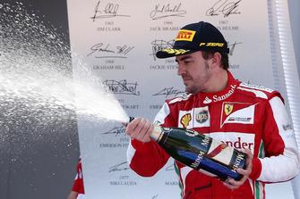 Podio: ganador de la carrera Fernando Alonso, Ferrari, rocía el Champagne