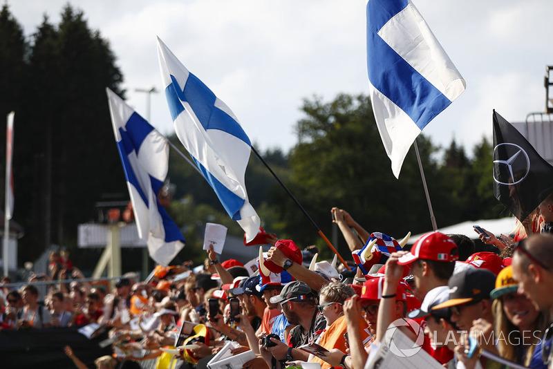 Уболівальники, фінські прапори