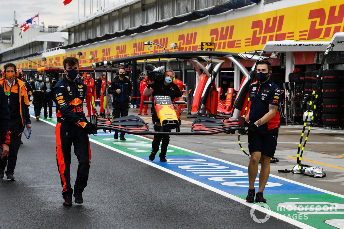 Mechanics rush to replace the damaged front wing of Max Verstappen, Red Bull Racing RB16