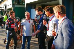 Romain Grosjean, Haas F1 Team mit Gene Haas, Haas Automotion Präsident; Steve Jones, Channel 4 F1 Mo