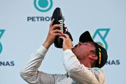 Нико Росберг, Mercedes AMG F1 пьет шампанское из ботинка Даниэля Риккардо, Red Bull Racing