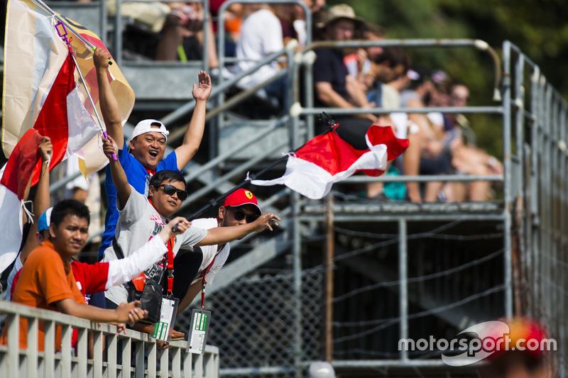 Fans of Sean Gelael, Pertamina Campos Racing, cheers as he drives past