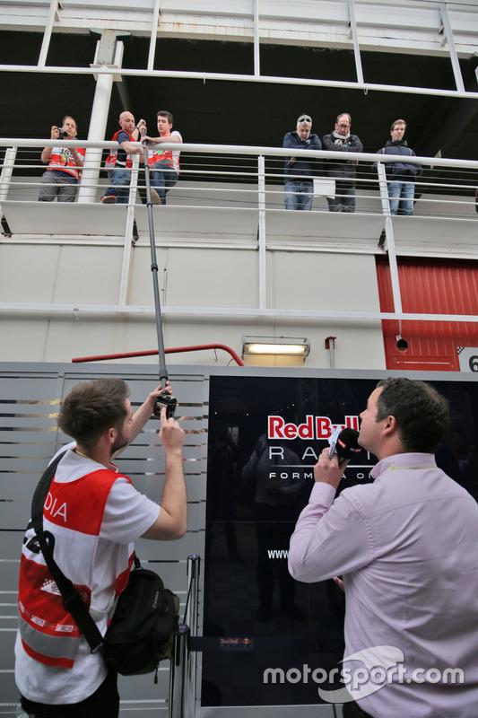 Репортер Sky Sports Pitlane Тед Кравітц з іншими ЗМІ