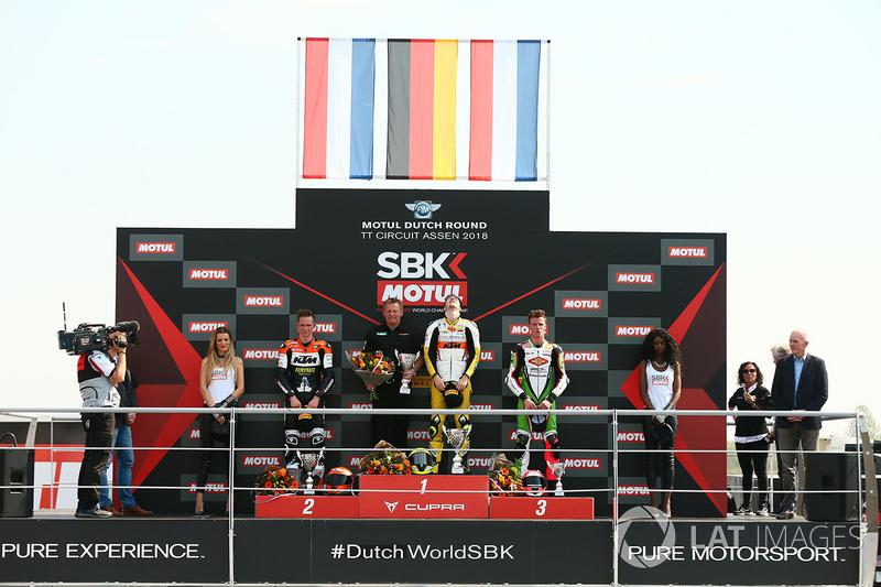 Sur le podium du  SSP300 : le vainqueur Luca Grunwald, le second, Glenn Van Straalen, le troisième Scott Deroue
