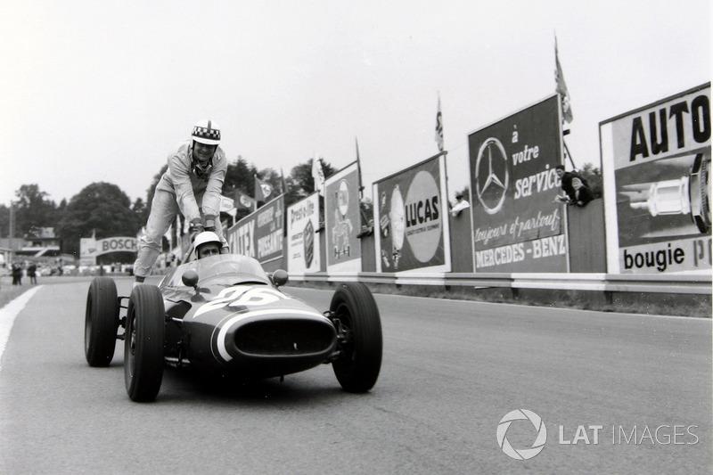 Spa 1961: John Surtees (Cooper) menumpang Maurice Trintignant (Cooper)