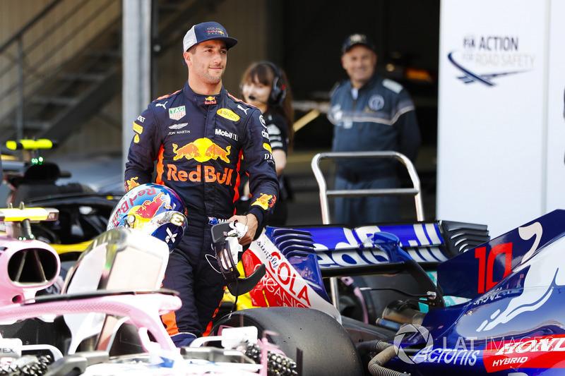 Daniel Ricciardo, Red Bull Racing, dans le Parc Fermé après sa pole position
