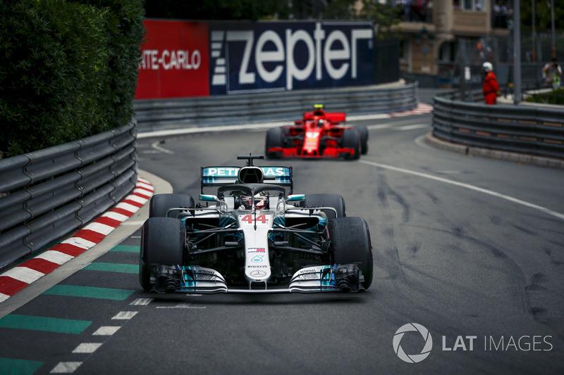 """Lewis Hamilton acompanhou: """"Talvez precisemos de duas corridas aqui. Quem sabe? Foram as 78 voltas mais longas de todas. Foi muito longo."""""""