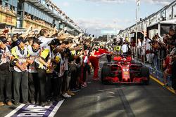 Le vainqueur Sebastian Vettel, Ferrari SF71H fête sa victoire avec Maurizio Arrivabene, team principal Ferrari dans le Parc Fermé