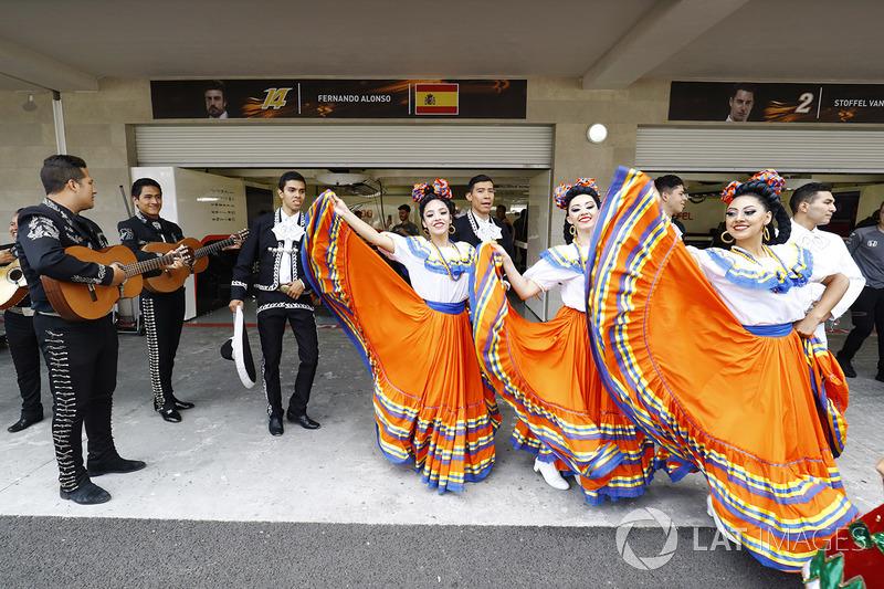 Des mariachis et des danseurs devant le garage mclaren for Garage formule m