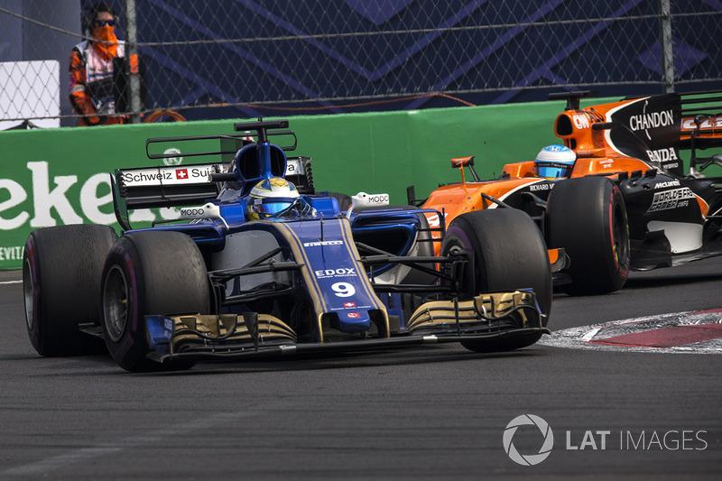 Marcus Ericsson, Sauber C36 and Fernando Alonso, McLaren MCL32 battle