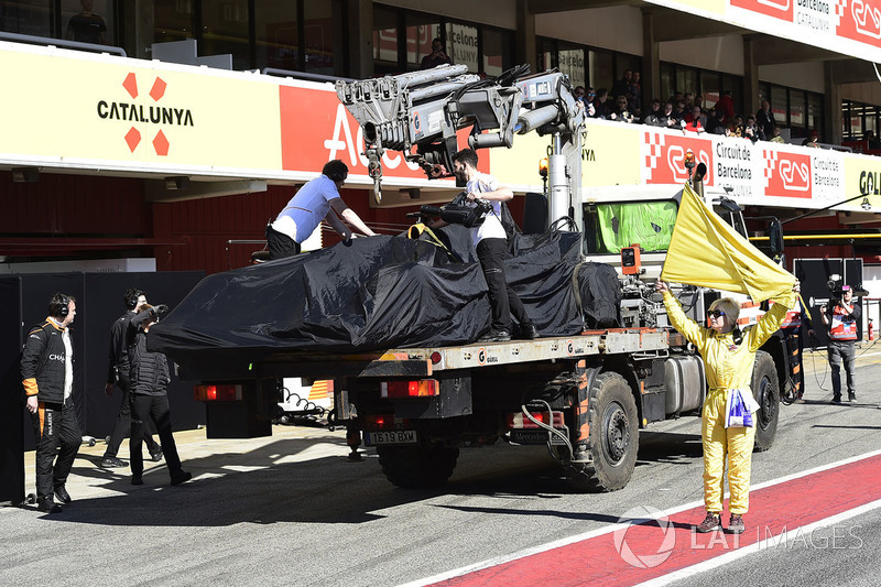 Mobil Fernando Alonso, McLaren MCL33, di truk pengangkut