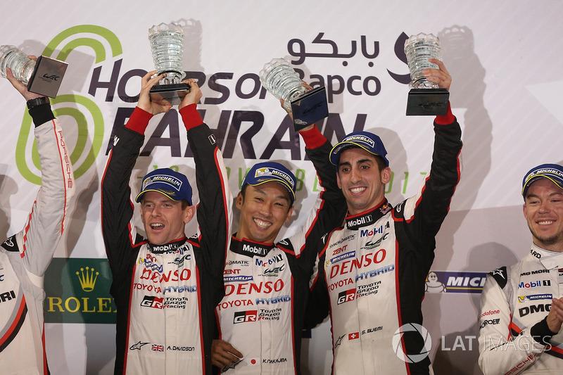 Podio LMP1: ganadores de la carrera Sébastien Buemi, Anthony Davidson, Kazuki Nakajima, Toyota Gazoo Racing