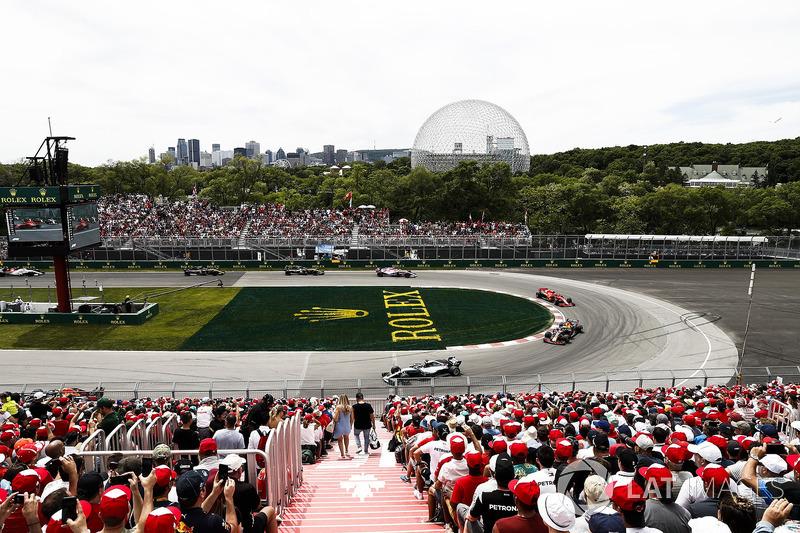 Lewis Hamilton, Mercedes AMG F1 W09, leads Daniel Ricciardo, Red Bull Racing RB14, and Kimi Raikkone
