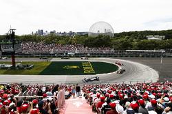 Lewis Hamilton, Mercedes AMG F1 W09, por delante e Daniel Ricciardo, Red Bull Racing RB14, y Kimi Raikkonen, Ferrari