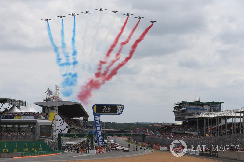 Как обычно, перед стартом над трассой пролетела авиация, раскрасившая небо в цвета французского флага