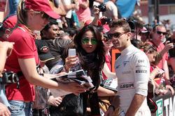 Jules Bianchi, Marussia F1 Team, firma autografi ai tifosi