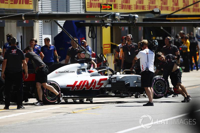 Romain Grosjean, Haas F1 Team, viene spinto nel garage dopo che dalla sua monoposto ha iniziato ad uscire del fumo durante le qualifiche