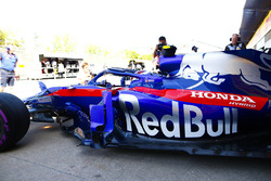 Pierre Gasly, Toro Rosso STR13, leaves the garage