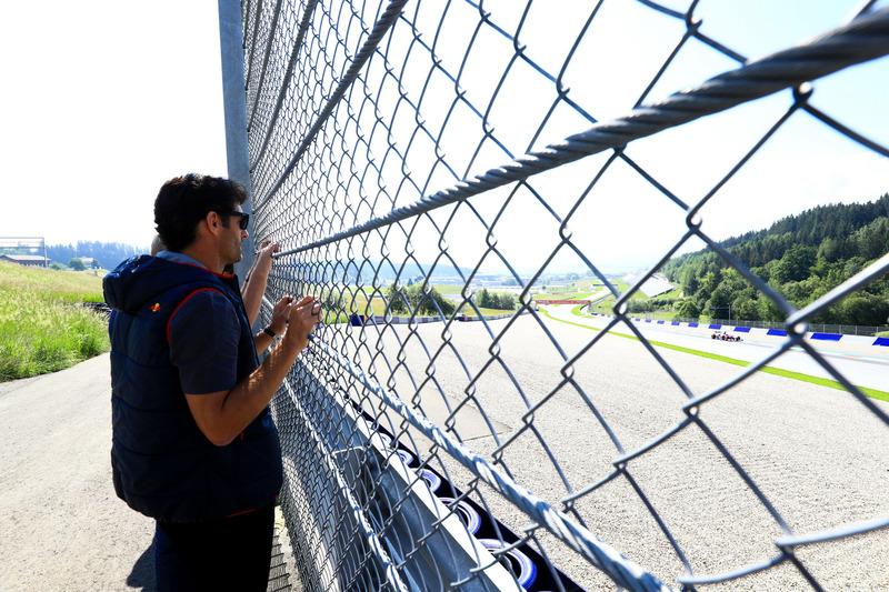 Mark Webber osserva mentre Marc Marquez guida la Toro Rosso F1