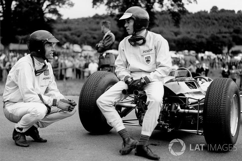 Grand Prix de Belgique 1964 : Jim Clark discute avec Dan Gurney