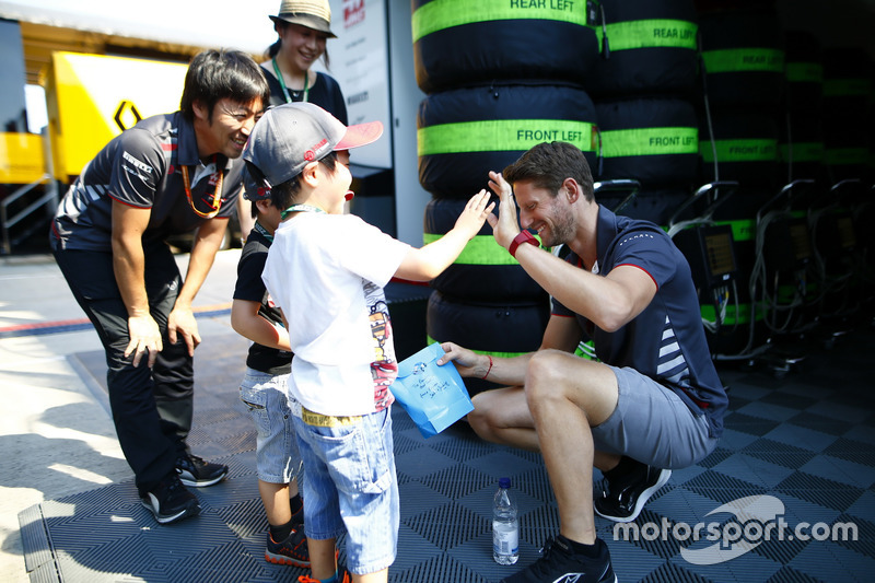 Romain Grosjean, Haas F1 Team, incontra degli ospiti con l'ingegnere Ayao Komatsu
