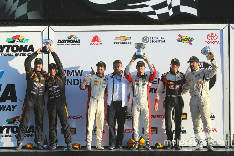 Podio ST: primer lugar Derek Jones, Mat Pombo, MINI JCW Team, segundo lugar Jeff Mosing, Eric Foss, Murillo Racing, tercer lugar Nick Galante, Spencer Pumpelly, RS1