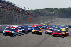 Kyle Busch, Joe Gibbs Racing Toyota, Matt Kenseth, Joe Gibbs Racing Toyota, Kurt Busch, Stewart-Haas Racing Ford green flag start