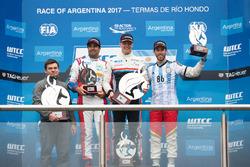Подиум: победитель Ян Эрлаше, RC Motorsport, второе место – Эстебан Герьери, Campos Racing, третье место – Меди Беннани, Sébastien Loeb Racing