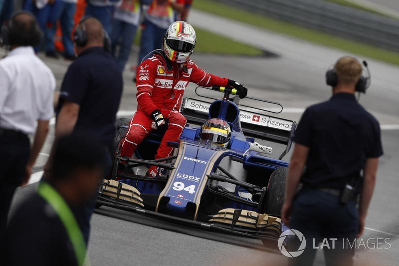 Себастьян Феттель возвращается на пит-лейн на Sauber Паскаля Верляйна после аварии с Лэнсом Строллом после финиша Гран При Малайзии