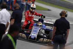 Sebastian Vettel, Ferrari, torna ai box a bordo della monoposto di Pascal Wehrlein Sauber C36